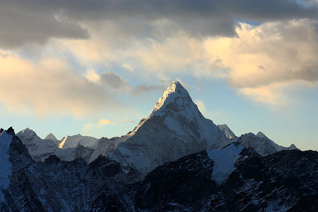 640px-Ama_Dablam_from_Kala_Patthar.jpg